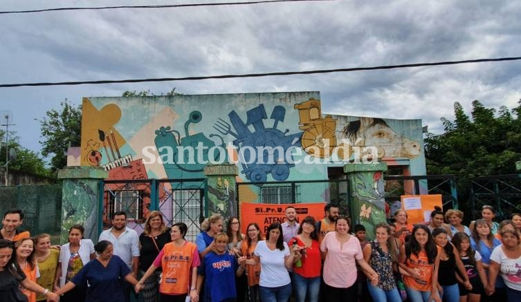El abrazo simbólico, en la puerta del Centro Comunitario. (Foto: Santotomealdia)